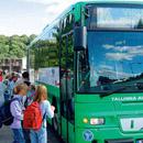 Школьники, которые добираются из Виймси в центр города, отдают предпочтение школьному автобусу.Фото: Лийс Трейманн с сайта газеты Postimees .