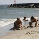 На Пикакари город пару лет назад тоже решил сделать официальный пляж, так как эта зона стала среди таллиннцев популярным местом для купания и солнечных ванн. Фото с сайта postimees.ee.